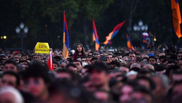 Сторонники оппозиции во время митинга на площади Республики в Ереване. 25 апреля 2018