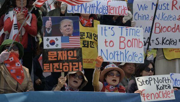 Митингующие активисты выступают против сближения с КНДР рядом с демилитаризованной зоной. 27 апреля 2018