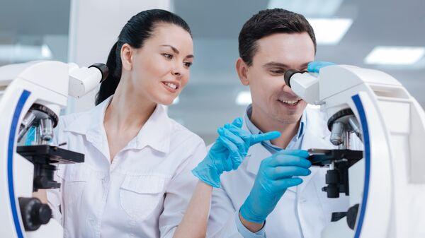Медицинские сотрудник в лаборатории