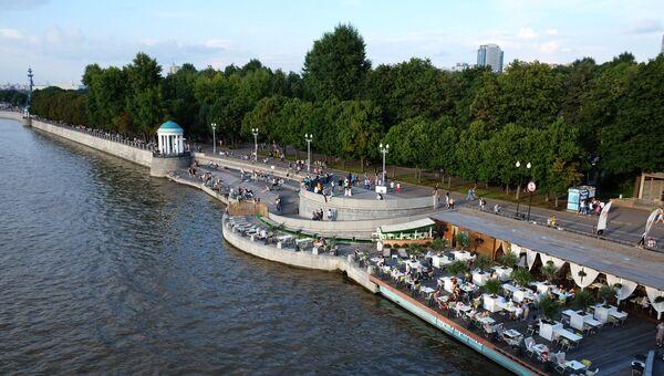 Жители отдыхают на Пушкинской набережной в Парке Горького в Москве. Архивное фото