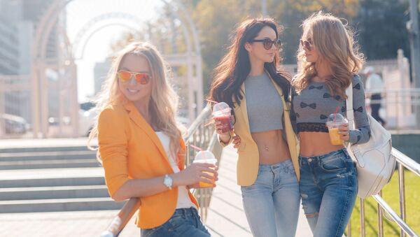 Девушки гуляют в парке