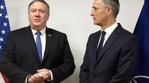 Госсекретарь США Майк Помпео и генсек НАТО Йенс Столтенберг в штаб-квартире НАТО в Брюсселе. 27 апреля 2018