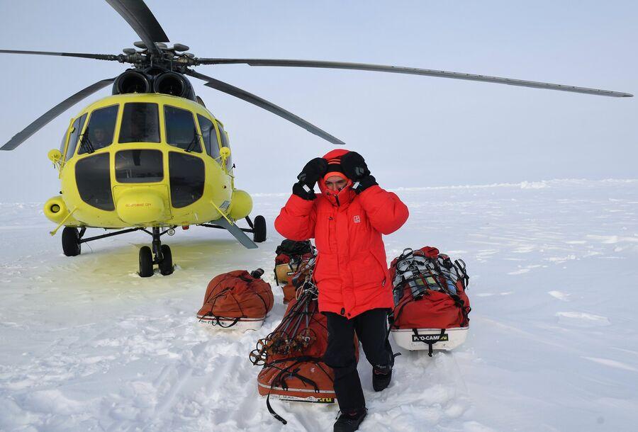 Участник 10-й Большой арктической экспедиции под руководством полярника Матвея Шпаро на Северном полюсе
