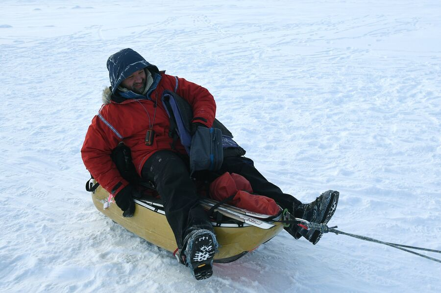 Руководитель 10-й Большой арктической экспедиции, полярник Матвей Шпаро на Северном полюсе