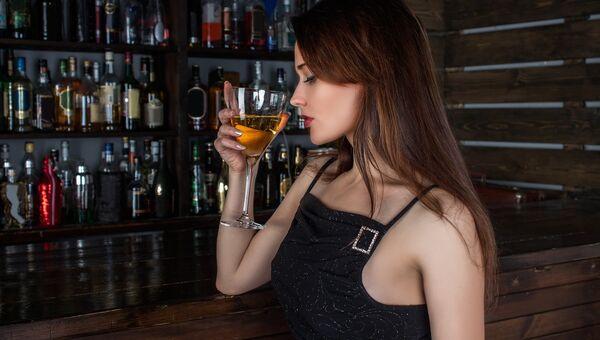 Девушка в баре. Архивное фото