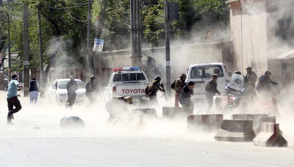 Афганские силы безопасности на месте взрыва в Кабуле. 30 апреля 2018