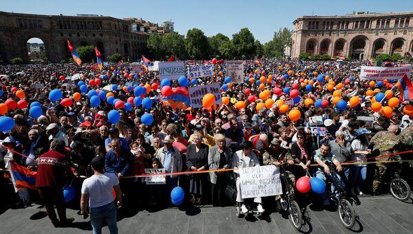 Митинг сторонников лидера оппозиции в Армении Никола Пашиняна в Ереване. 1 мая 2018