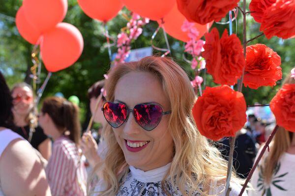 Участница первомайской демонстрации в Симферополе. 1 мая 2018