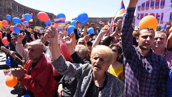 Участники митинга сторонников лидера оппозиции в Армении Никола Пашиняна на площади Республики в Ереване. 1 мая 2018