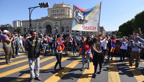 Сторонники лидера оппозиции в Армении Никола Пашиняна перекрывают автодорогу в районе площади Республики.  Архивное фото