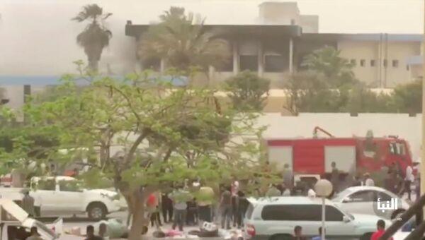 На месте взрыва в штаб-квартире Высшей избирательной комиссии в Триполи, Ливия. 2 мая 2018