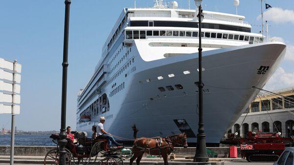 Круизный лайнер и конный экипаж в порту Гаваны