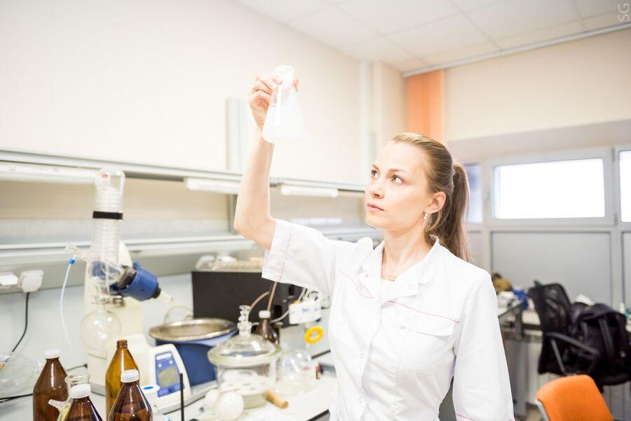 Научный сотрудник НИТУ МИСиС к.х.н. Светлана Сенатова в лаборатории