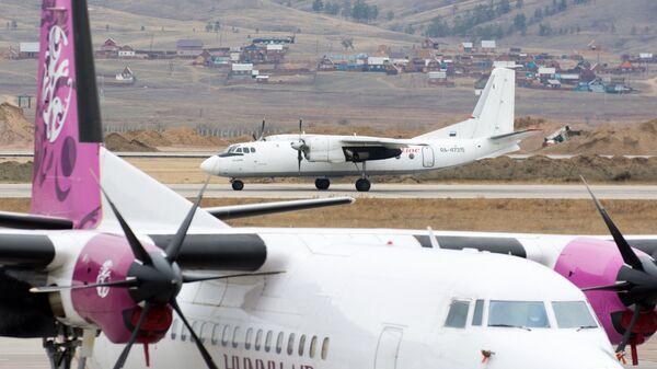 Самолет Ан-24 в аэропорту Байкал в Улан-Удэ