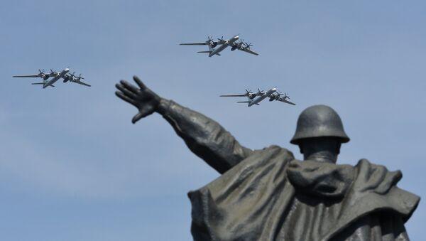 Стратегические бомбардировщики-ракетоносцы Ту-95МС на репетиции воздушной части парада Победы в Москве