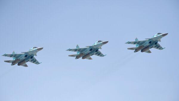 Истребители-бомбардировщики СУ-34 на репетиции воздушной части парада Победы в Москве.