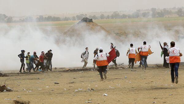 Палестинские медики во время протеста на границе сектора Газа с Израилем. Архивное фото