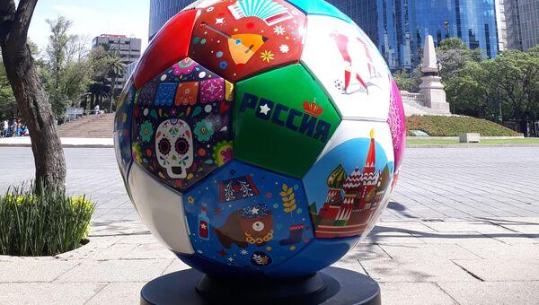 Парад гигантских футбольных мячей проходит в Мехико перед ЧМ-2018 по футболу в России