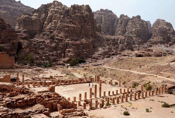 Туристы осматривают развалины древнего города Петра в Иордании