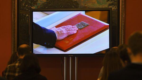 Трансляция церемонии инаугурации избранного президента России Владимира Путина в пресс-центре в Большом Кремлевском дворце