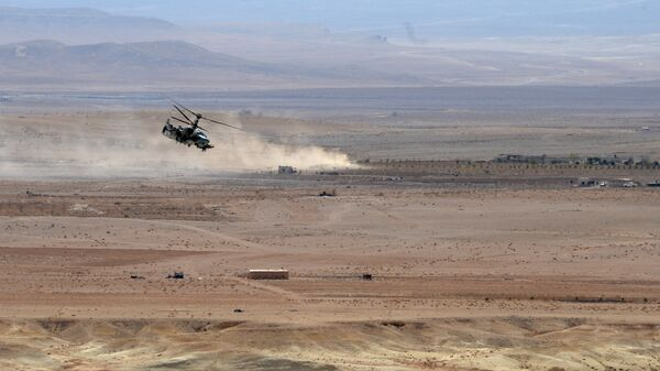 Вертолет Ка-52 Аллигатор во время боевой операции в окрестностях освобожденного от боевиков города Эль-Карьятейн