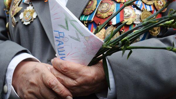 Ветеран Великой Отечественной войны во время празднования Дня Победы на Театральной площади в Москве