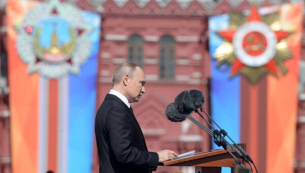 Президент РФ Владимир Путин выступает во время военного парада в ознаменование 73-й годовщины Победы в Великой Отечественной войне 1941–1945 годов на Красной площади в Москве. 9 мая 2018