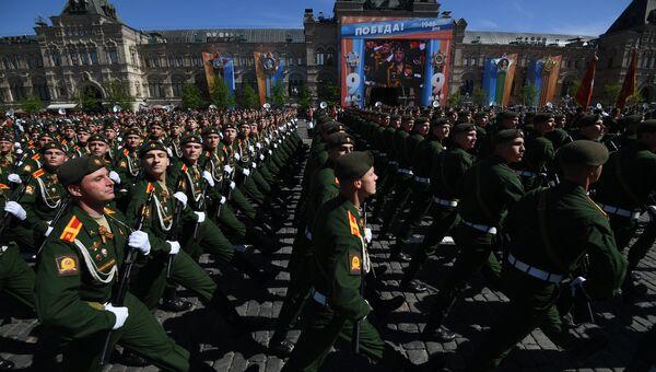 Военнослужащие парадных расчетов на военном параде, посвященном 73-й годовщине Победы в ВОВ