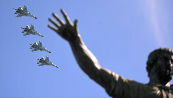 Истребители-бомбардировщики Су-34 на военном параде, посвященном 73-й годовщине Победы в ВОВ