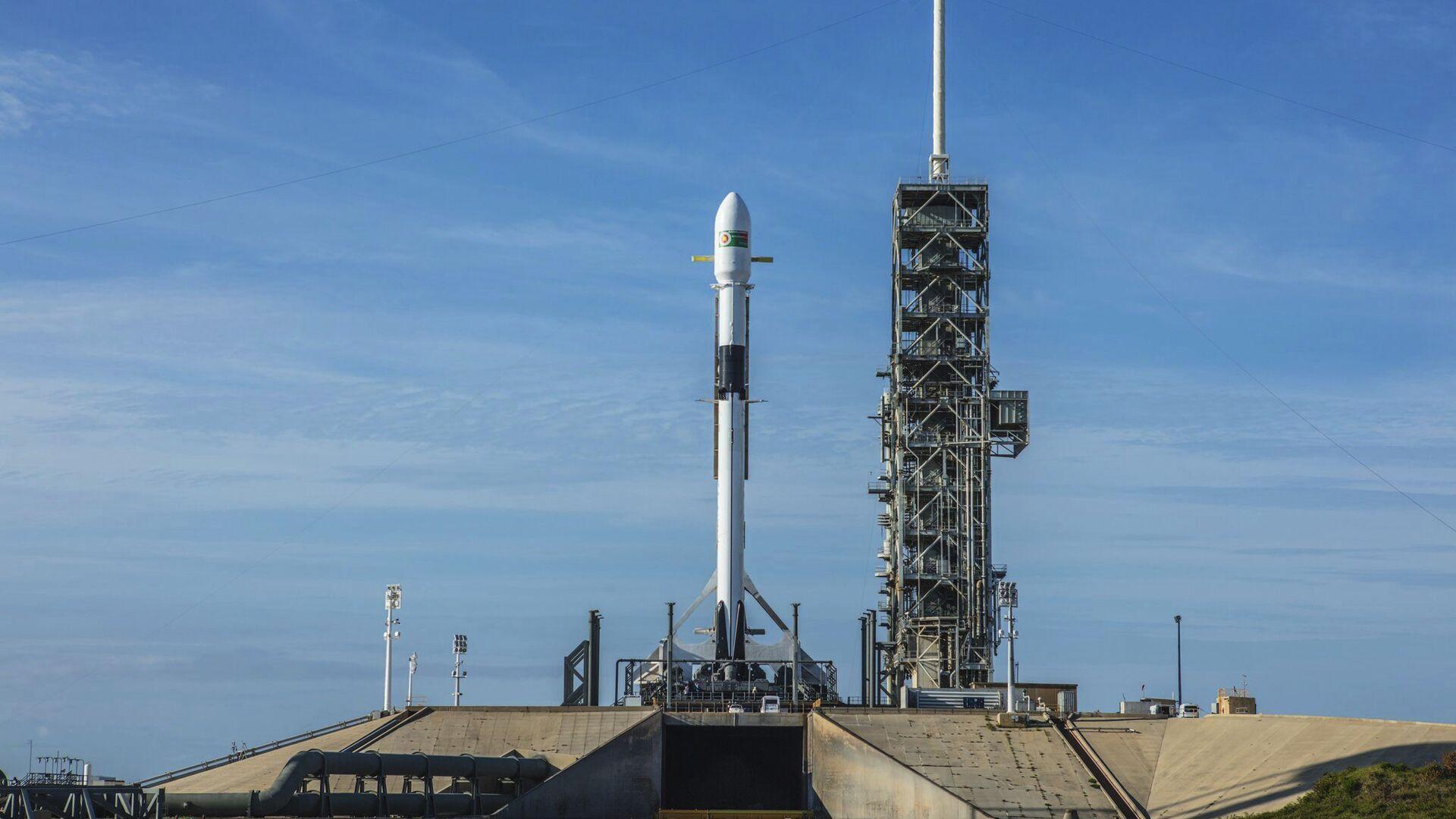 Ракета-носитель Falcon-9 компании SpaceX в Космическом центре Кеннеди на мысе Канаверал в штате Флорида. 10 мая 2018 - РИА Новости, 1920, 07.01.2020