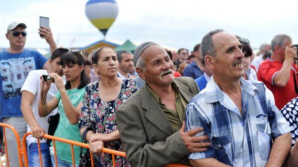 Участники крымско-татарский праздника Хыдырлеза   в Бахчисарае. 5 мая 2018