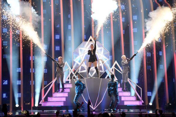 Участница из Финляндии Саара Аалто в финале конкурса Евровидение. 12 мая 2018