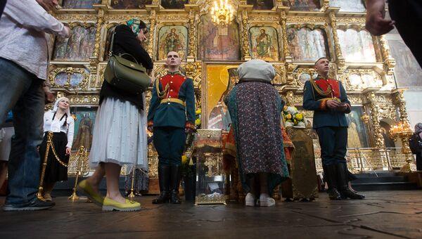 Очередь к мощам святителя Луки Крымского в Донском монастыре Москвы