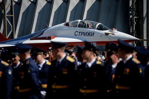 Самолет Миг-29 пилотажной группы Стрижи во время празднования 80-летия Центра показа авиационной техники им. Кожедуба на аэродрома Кубинка в Московской области