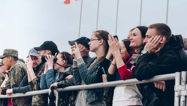 Зрители на всеармейских соревнованиях Танковый биатлон и Суворовский натиск в Амурской области