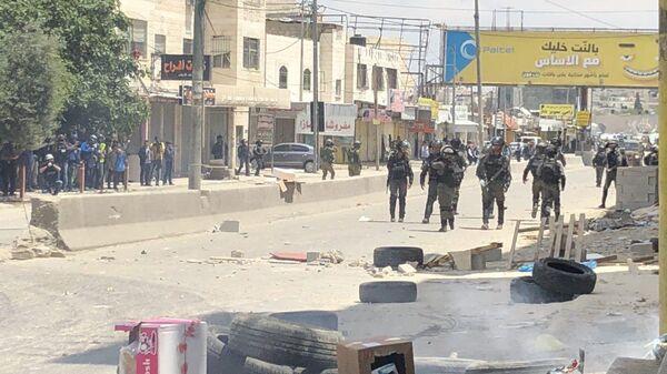 Столкновения палестинцев и израильских военных в районе КПП на границе сектора Газа с Израилем.