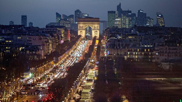 Ночной вид на Триумфальную арку, Елисейские поля и бизнес-квартал La Défense в Париже