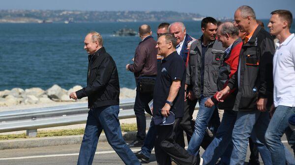 Президент РФ Владимир Путин после проезда колонны строительной техники по автодорожной части Крымского моста. 15 мая 2018