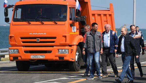 Президент РФ Владимир Путин во время открытия транспортного перехода по автодорожной части Крымского моста. 15 мая 2018