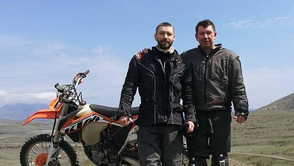 Солисты рок-группы Uma2rman Владимир и Сергей Кристовские на отдыхе в Крыму