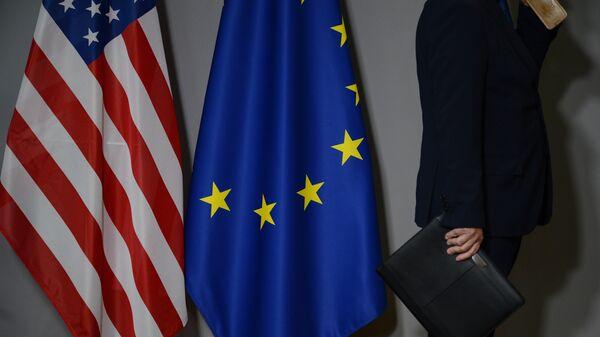 Флаги США и Европейского совета. Архивное фото