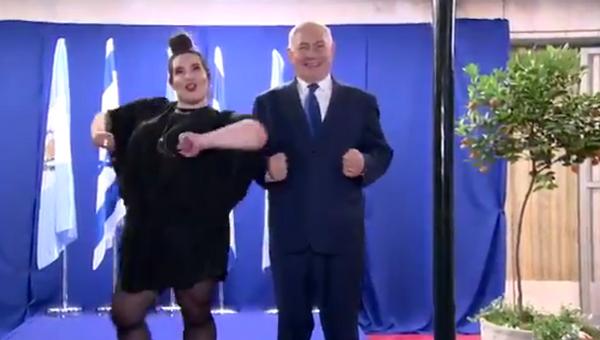 Стоп-кадр с видео, где премьер-министр Израиля Биньямин Нетаньяху исполняет танец курочки вместе с победительницей Евровидения Неттой Барзилай. 17 мая 2018