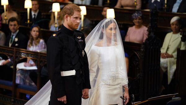 Британский принц Гарри и Меган Маркл перед началом их свадебной церемонии в часовне Св. Георгия в Виндзорском замке недалеко от Лондона, Англия. 19 мая 2018
