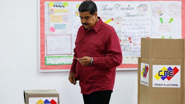 Президент Венесуэлы Николас Мадуро на избирательном участке во время президентских выборов в Каракасе. 20 мая 2018