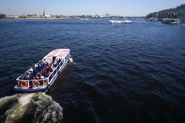 Прогулочные катера на реке Неве в Санкт-Петербурге.