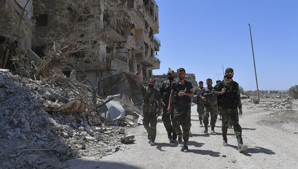 Военнослужащие сирийской армии в освобожденном лагере палестинских беженцев Ярмук на юге Дамаска. Архивное фото
