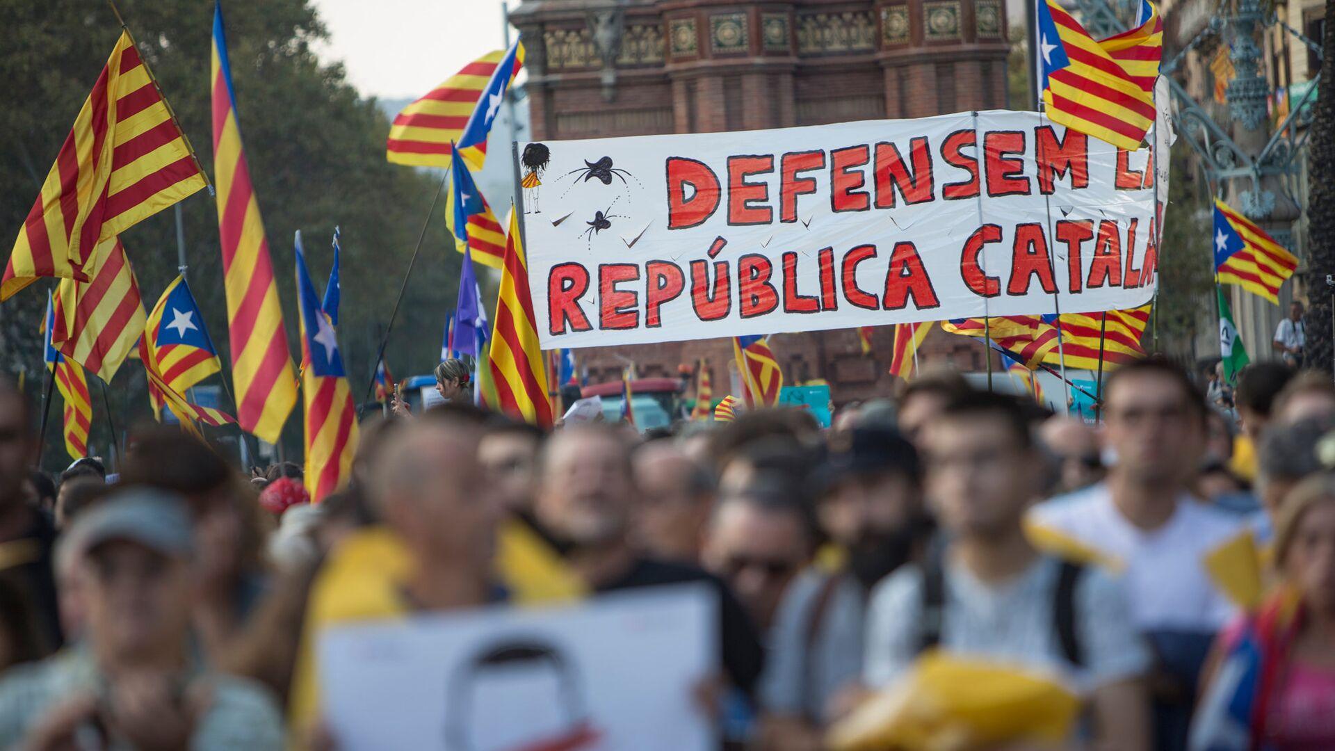 Жители Барселоны в ожидании оглашения парламентом итогов референдума о независимости Каталонии - РИА Новости, 1920, 09.09.2021