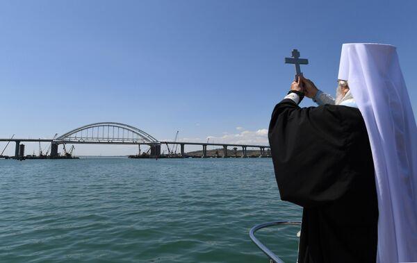 Митрополит Феодосийский и Керченский Платон во время освящения Крымского моста