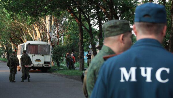 Сотрудники МЧС на месте взрыва рейсового автобуса в городе Дебальцево Донецкой области. 22 мая 2018