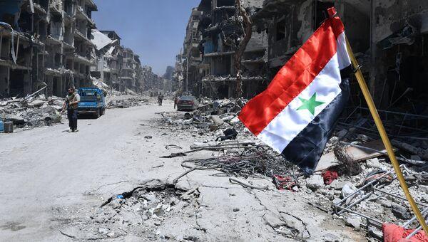 Флаг Сирии в Ярмуке, пригороде Дамаска. Архивное фото